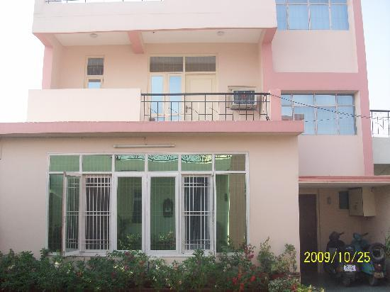 Garden Villa Homestay: Front side of the Hotel