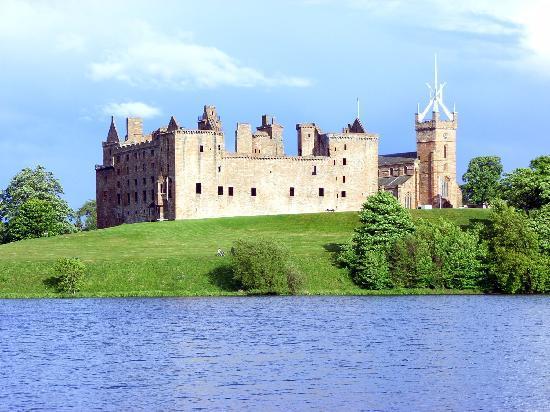 Blick auf Schloss Linlithgow vom nördlichen Seeufer