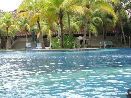 The Lanai Langkawi Beach Resort: The pool is very nice lots of green surroundings