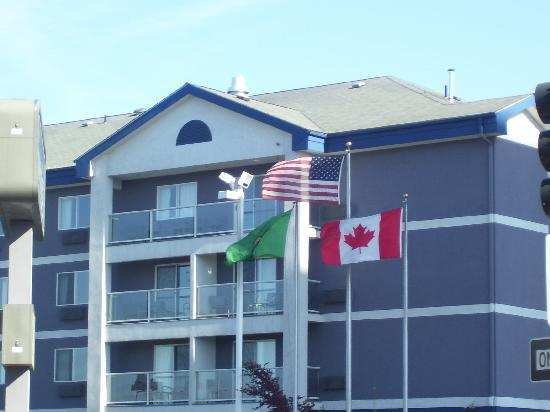 Best Western Plus City Center : front of the hotel; notice the flags