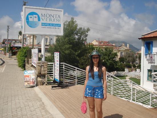 Monta Verde Hotel & Villas: Monta Verde oteli önündeyim...