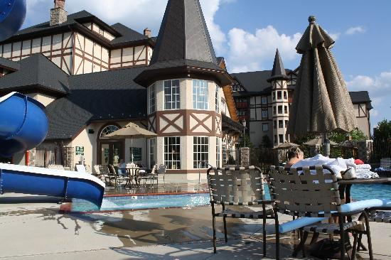 The Inn at Christmas Place: lovely pool area and hotel courtyard
