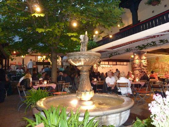 Hotel Lindenwirt: Romantiek en gezelligheid op het terras.
