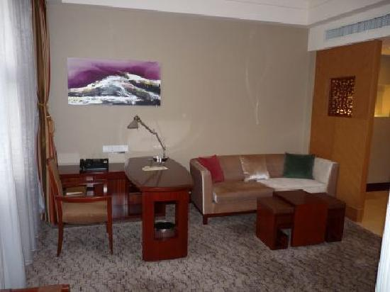 Beijing Friendship Hotel: Work area / sitting area within the room