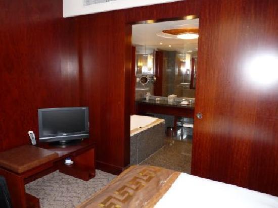 Beijing Friendship Hotel: View from bedroom into bathroom