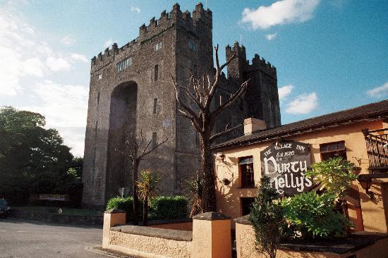 Bunratty Castle Mews: Bunratty Castle & Dirty Nelly's within walking distance of the B & B, Bunratty Mews