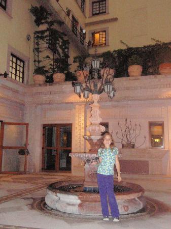 Hotel Emporio Zacatecas: Outside patio of the hotel.