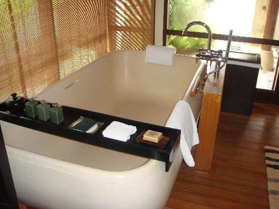 Four Seasons Resort Maldives at Kuda Huraa: bathroom of sunset beach bungalow