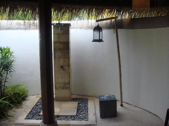 Four Seasons Resort Maldives at Kuda Huraa: outdoor shower