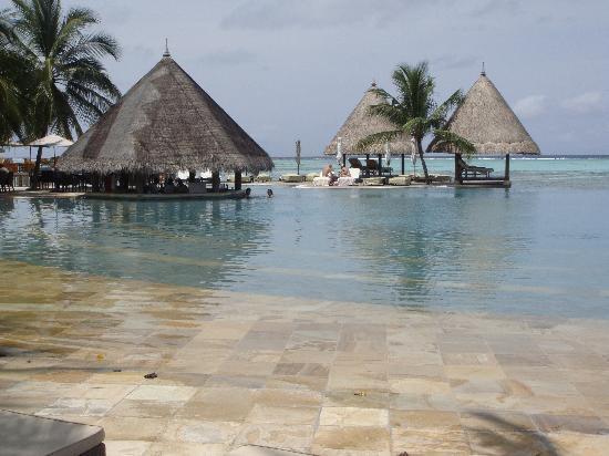 Four Seasons Resort Maldives at Kuda Huraa: pool