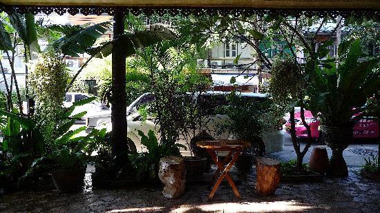 Sri-Ayuttaya Guest House: Vue du rstaurant de l'hôtel sur la Thanon Sri-Ayuttaya