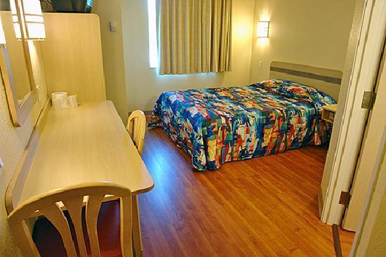 Motel 6 Toronto Brampton: The room