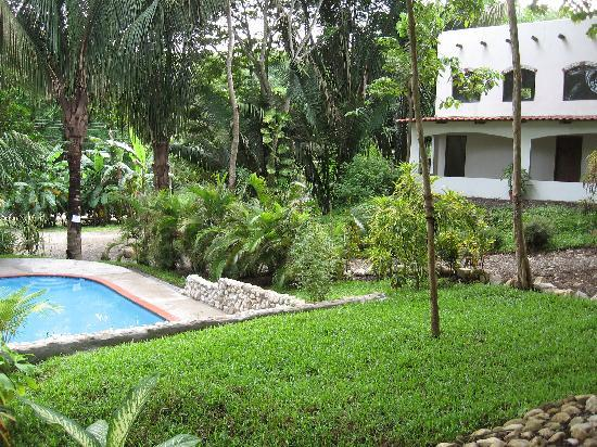 Cuesta Arriba Hotel: Landscaped garden and native trees