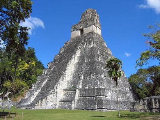 Tikal Sak Luk Lodge: Bungalows with view to lake Peten Itza and Crocodile Mountain