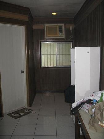 Dumaluan Beach Resort 2: Standard Room (the door to the bathroom)