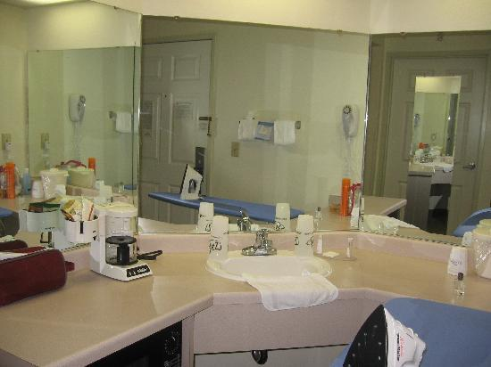 Baymont Inn & Suites Mackinaw City: Plenty of counter and mirror space