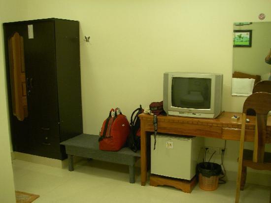 Hang Neak Hotel: テレビ、机、クローゼット