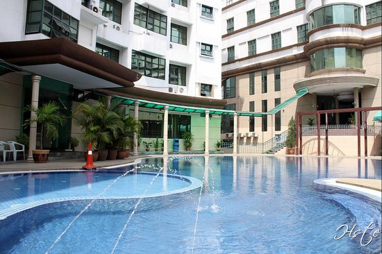 Balik Pulau, Malaysia: Kids' pool on the left and adult's on the right
