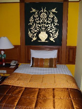 Suanthip Vana Resort: Headboard in Room