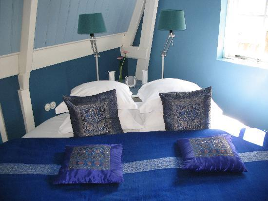 Boutique B&B Kamer01: The bed.