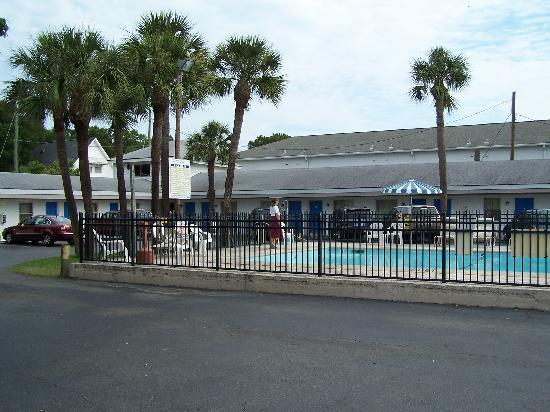 Royal Palm Motel: Pool, North Side of Motel & Parking Lot