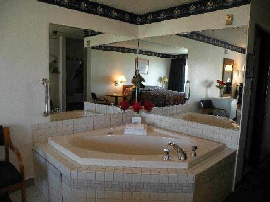 Beachcomber Motel on the Water: Lakefront Jacuzzi Room
