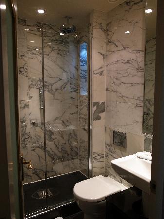 โรงแรมเดอะเคนซิงตัน: bathroom