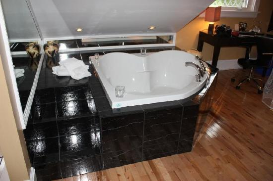 Leaside Suites And Executive Apartments: Garden Tub