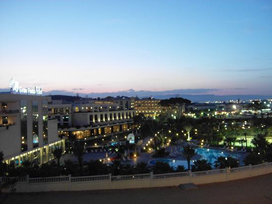 Gran Palas Hotel: Night view - garden pool area