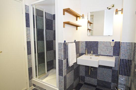La Culla dell'Ozio B&B: bagno camera viola