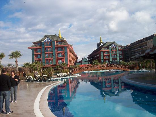 Богазкент, Турция: Blick von der großzügigen Poolanlage auf das Hotel