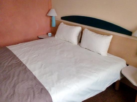 Ibis Köln Airport: Doppelbett im Hotelzimmer