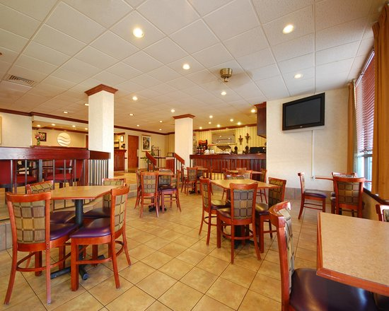 New Victorian Inn & Suites: Breakfast Seating Area