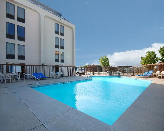 New Victorian Inn & Suites: Outdoor Seasonal Pool