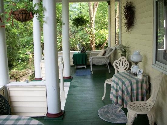 Avery Guest House Bed and Breakfast: Classic back porch