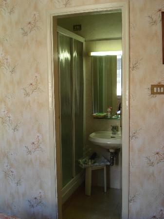 Hotel Beatrice: Small bathroom ensuite