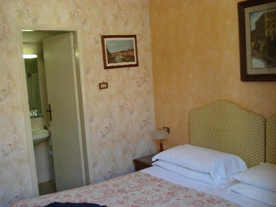 Hotel Beatrice: Bed and bathroom