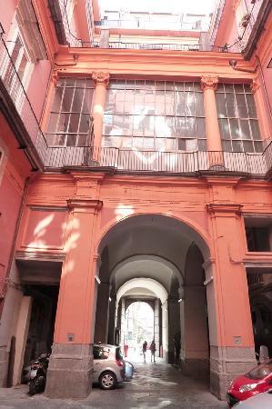 Megaron Bed and Breakfast : cour interne de l'immeuble