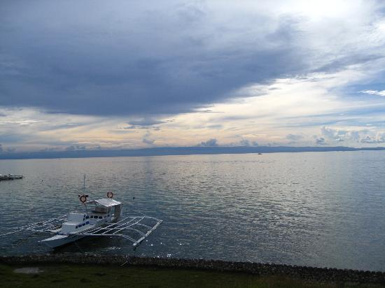 Sherwood Bay Resort: the litte port and banka