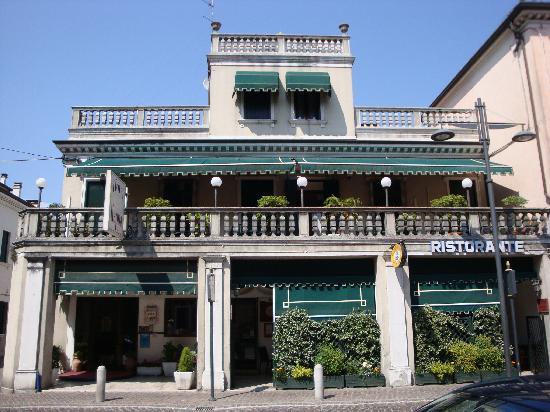 Kappa Hotel: Front view of the hotel