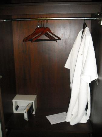 Mirth Sathorn Hotel: Closet - bathrobe, anti-thift hangers, safe