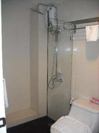โรงแรมเมิร์ธ สาทร: Shower booth - no bathtub, water pressure and temperature unstable. Nice thick towels