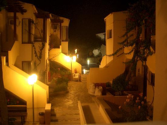 Kato Daratso, Griekenland: Night view of apartments and gardens