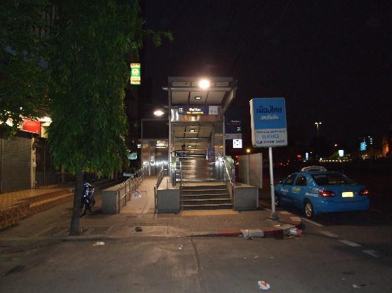 โรงแรม บางกอกเซ็นเตอร์: ホテル前地下道入り口