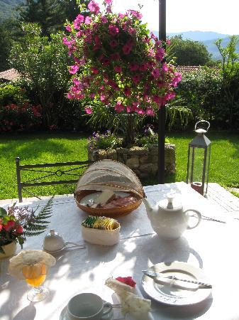 Antico Borgo Sanda: breakfast in the garden