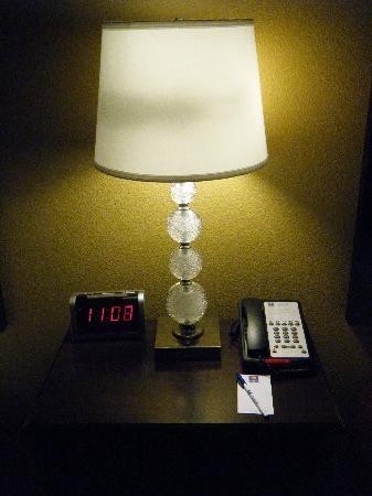 ‪‪Comfort Inn & Suites Maingate South‬: Lamp, phone, alarm clock‬