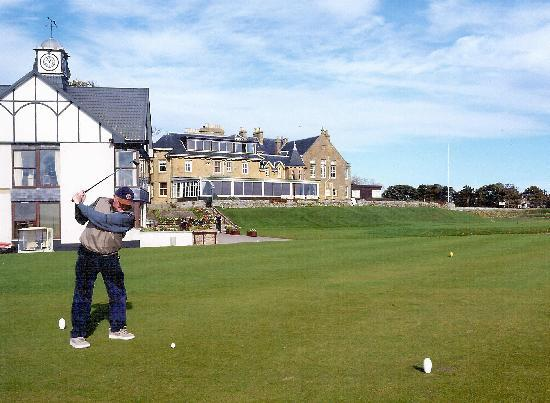 Dornoch, UK: Clubhouse and hotel in background
