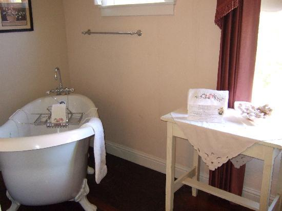 Weaverville Hotel & Emporium: Lovely Slipper Champagne Tub