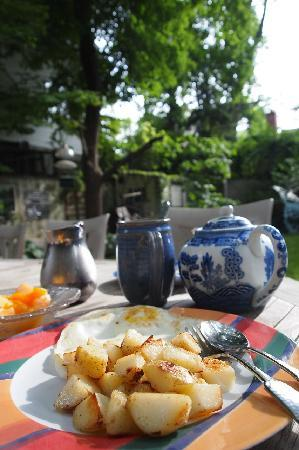 Avon Hill House: Breakfast in the garden