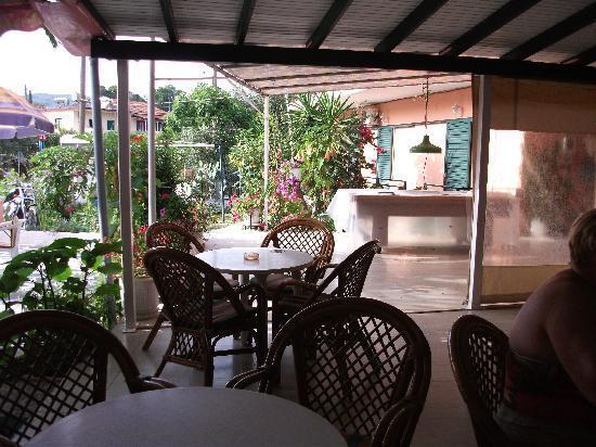 Billy's Bar: Bar and Restaurant Area